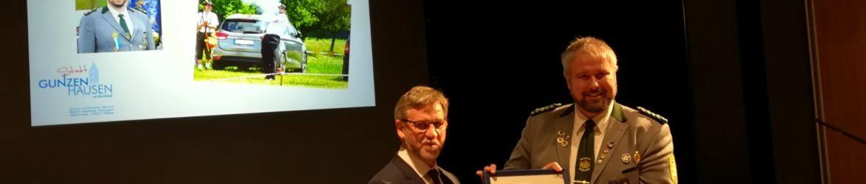 Erster Bürgermeister der Stadt Gunzenhausen Karl-Heinz Fitz übergibt Jens Zirkler die Ehrung